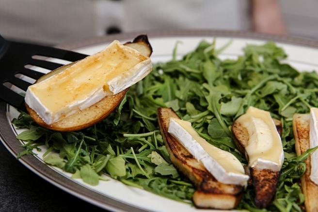 Smjörsteiktar perur með brie og furuhnetum á ruccolabeði