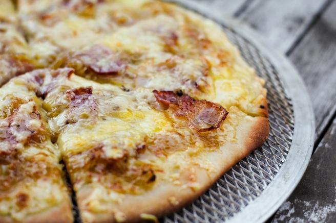 Pizza með karamelluseruðum lauki og pipruðu beikoni