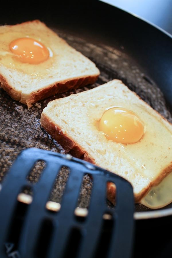 Steikt brauð með eggi, tómatsósu og bökuðum baunum