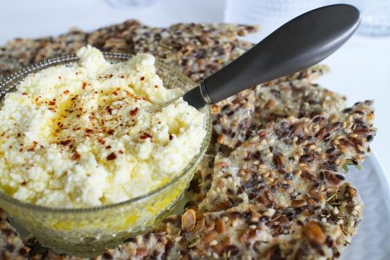 Fræhrökkbrauð og feta-og sítrónumauk
