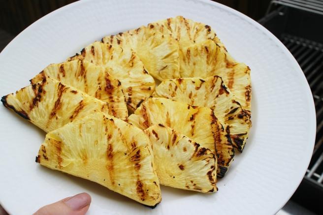 Grillaður ananas með vanilluís og dásamlegri súkkulaðisósu