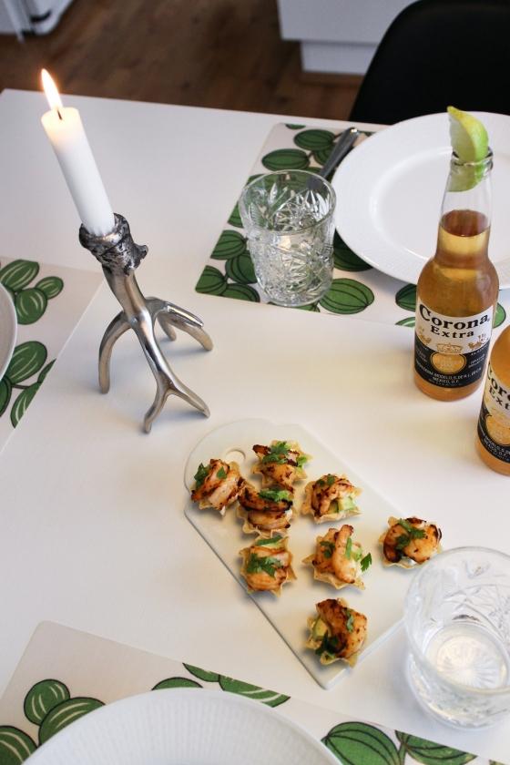 Tortillaskálar með grilluðum tígrisrækjum, avokadó og sýrðum rjóma