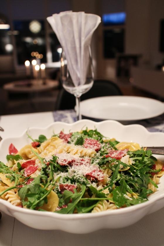 Pasta með salami, ruccola, furuhnetum og parmesan