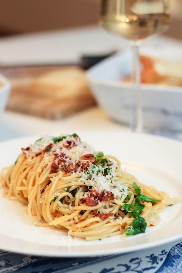 Spaghetti Cacio E Pepe með klettasalati og sítrónu
